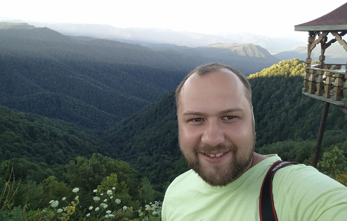 Юрий Лысюк на фоне гор Адыгеи